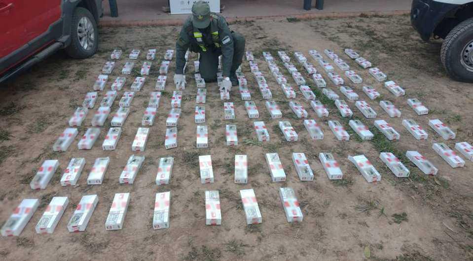 Trasladaban 1.130 paquetes de cigarrillos ilegales en un vehículo