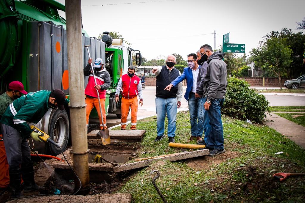 El Intendente supervisó la limpieza de desagües en Av. Chaco y Seitor