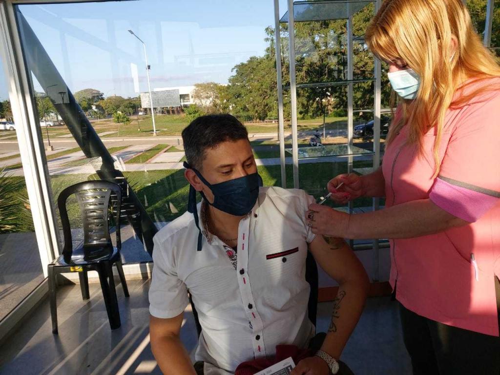 Comenzaron a inmunizar al personal de  la APA