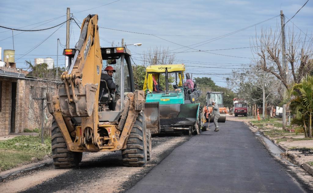 Continúan obras de pavimentación en el barrio 444 Viviendas de Fontana