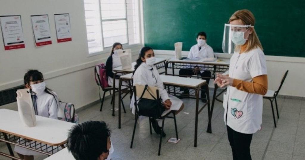 """""""Tenemos casi todos los docentes vacunados"""", aseguró Carlos Cuevas previo el reinicio de clases presenciales"""