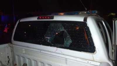 Enfrentamiento terminó con el vidrio de un patrullero policial roto