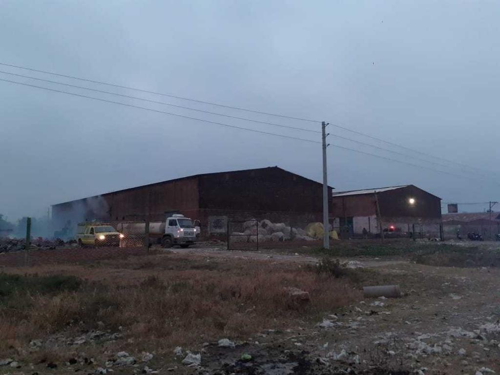 """Se incendió una fábrica en Plaza y desde la policía piden """"conciencia"""" sobre quema de pastizales"""