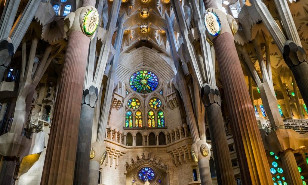 La Sagrada Familia se cubre de color