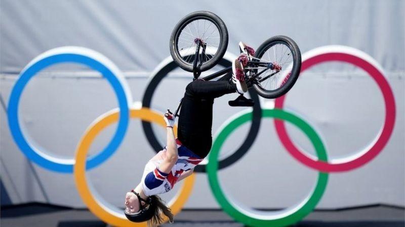 """JJ.OO.: la espectacular pirueta """"a ciegas"""" que llevó a una ciclista a ganar el oro en BMX estilo libre"""