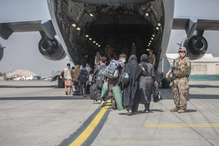 EEUU acelera la evacuación de miles de personas de Afganistán mientras persiste el caos en el aeropuerto de Kabul