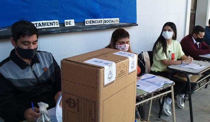 Con demoras, comenzaron los comicios provinciales en Corrientes