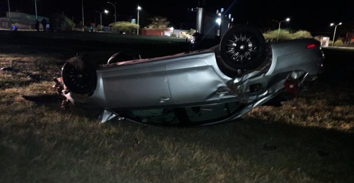 Realizó una mala maniobra con su auto, perdió el control y volcó