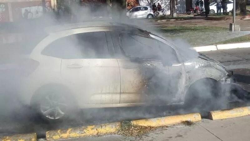 Automóvil en llamas a plena tarde