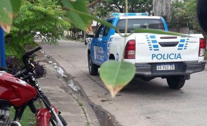 Motochorros asaltaron a una policía y amenazaron con herir a su hija de dos años