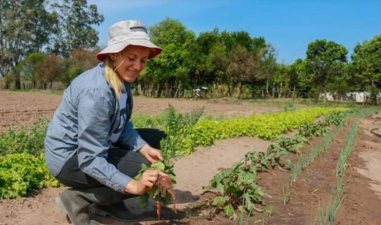 Joven agricultora entusiasma y revaloriza el trabajo en el campo