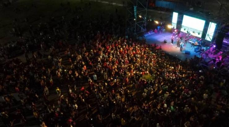 En el festival popular de anoche en Sáenz Peña, mucha gente sin distanciamiento ni barbijo